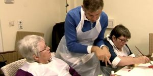 Die gehörlose Seniorin Eleonore Walte im Pflegeheim