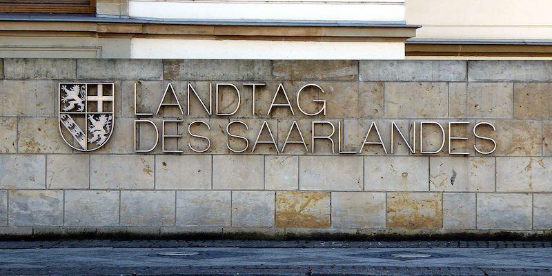 """Der Schriftzug """"Landtag des Saarlandes"""" mit Wappen an einer Hauswand"""