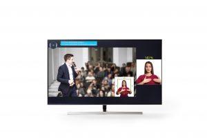 Ein Fernseher zeigt Dolmetschereinblendung in klein und daneben noch einmal vergrößert.