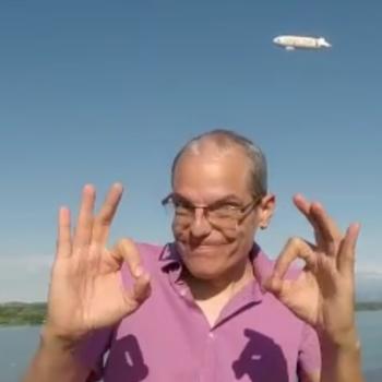 Im Vordergrund Holger Nagel, im Hintergrund ein Zeppelin