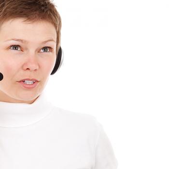 Kurzhaarige Frau mit Headset telefoniert